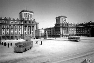 Автобусы на площади (Норильск, пл. Октябрьская)