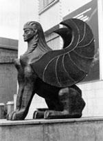 Крылатый сфинкс возле краеведческого музея