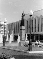 Фонтаны возле скульптуры Фемиды перед зданием суда
